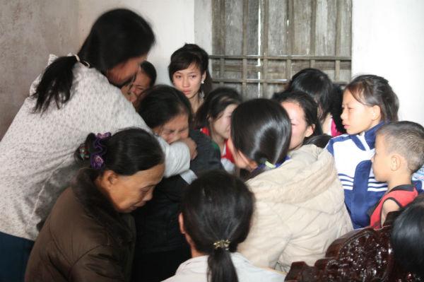 Bà Nguyễn Thị Hương khóc ngất lịm giữa vòng tay anh em xóm giềng. Chồng bà mất sớm, hai đứa con trai của bà là Nguyễn Văn Trí và Nguyễn Văn Huỳnh (SN 1990) vay ngân hàng đóng tàu ra khơi, vừa đi được chuyến thứ 3 thì gặn nạn.