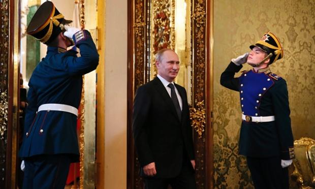 Lính báo vệ Điện Kremlin chào khi Tổng thống Nga Vladimir Putin vào phòng  họp trước cuộc gặp với Tổng thống Ecuador Rafael Correa ở Moscow.