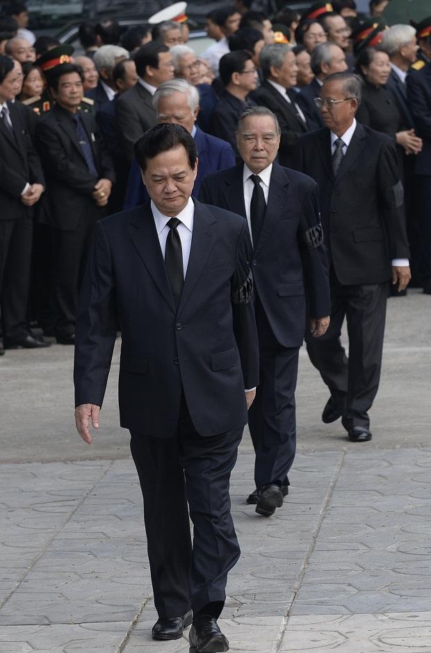 Đoàn đại biểu Quốc hội do Thủ tướng Nguyễn Tấn Dũng dẫn đầu vào viếng Đại tướng Võ Nguyên Giáp.