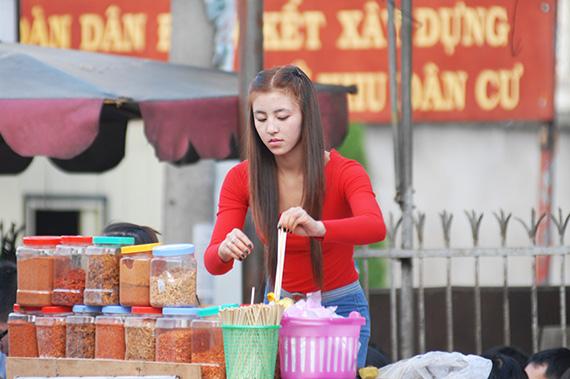 Những hình ảnh mới nhất về cô gái bánh tráng trộn