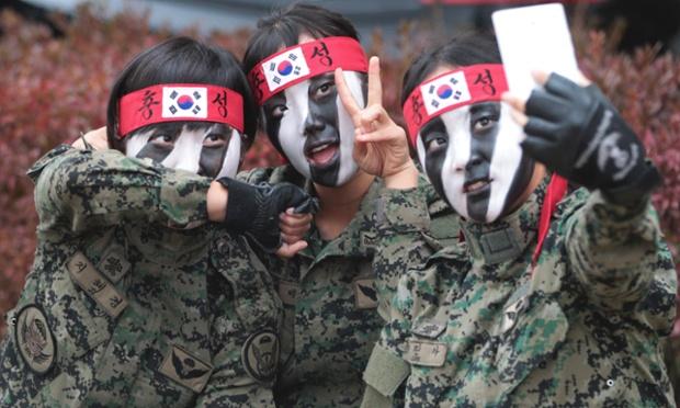 Các thành viên của lực lượng đặc nhiệm quân đội Hàn Quốc chụp ảnh tại lễ khai mạc Triển lãm quốc phòng và hàng không quốc tế Seoul.
