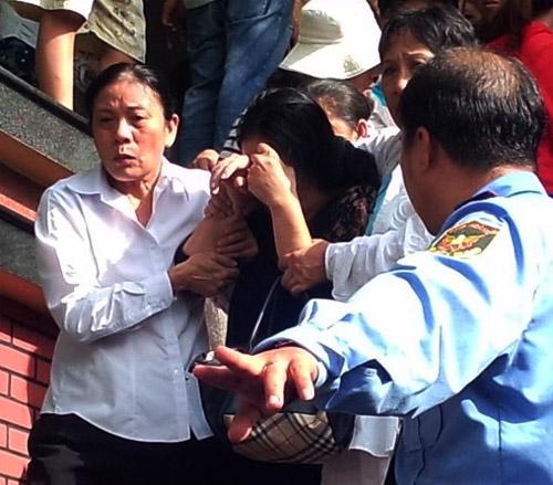 Mẹ Wanbi Tuấn Anh khóc ngất trong đám tang con trai