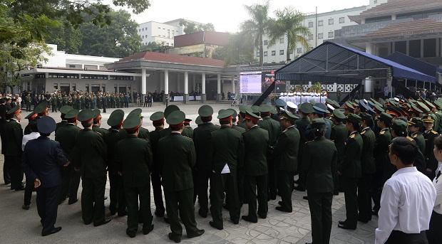 Đoàn đại biểu quân đội chờ tới lượt vào viếng Đại tướng Võ Nguyên Giáp.