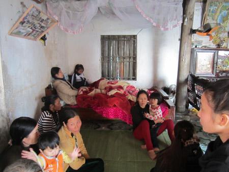 Thân nhân nạn nhân Nguyễn Văn Trí ngất lịm khi nghe tin dữ.