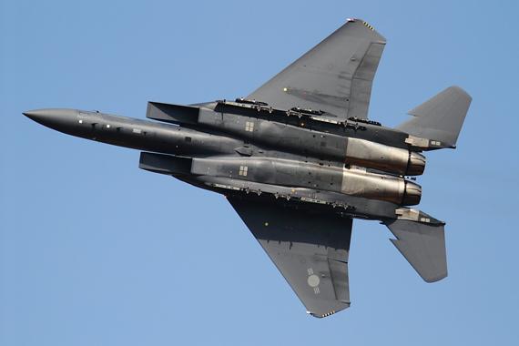 Đặc biệt, F-15K có thể phóng các vũ khí tiên tiến như tên lửa AGM-84K SLAM-ER ATA và AGM-84H Harpoon. Ngoài ra, F-15K còn được trang bị hai động cơ General Electric F110-GE-129 lực đẩy 131 kN. Theo các phương tiện truyền thông quốc tế, Seoul dự kiến sẽ mua khoảng 200 chiến đấu cơ F-15K hoặc KF-16.