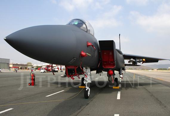 Nó được trang bị 2 động cơ và có thể đạt tốc độ Mach 2,54 (2.698 km/h) với tầm hoạt động 5.500km. Đại bàng tấn công F-15E được trang bị pháo 20mm và có thể mang theo nhiều loại vũ khí dẫn đường chính xác khác, các tên lửa không đối không tầm ngắn AIM-9M và tên lửa không đối không tầm trung AIM-120. Ngoài ra, tiêm kích F-15 có khả năng tiếp nhiên liệu khi đang bay.