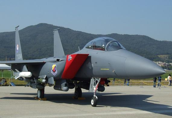 Vào năm 2002, F-15K của Boeing đã vượt qua các đối thủ nặng ký là Dassault-Breguet Rafale, Eurofighter Typhoon, và Sukhoi Su-35 để giành chiến thắng trong cuộc đua cho chương trình F-X của Không lực Hàn Quốc.