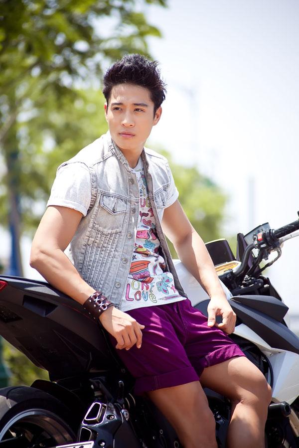 """""""Hotboy"""" Linh Sơn khỏe khoắn cùng quần short"""