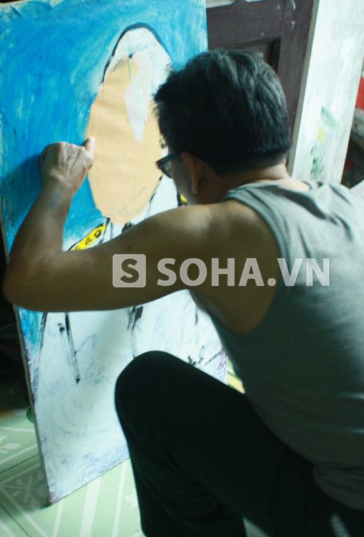 Họa sĩ Lê Duy Ứng đang hoàn thành những nét cuối cùng trong bức tranh chân dung Đại tướng ông vẽ sau ngày biết tin Đại tướng từ trần