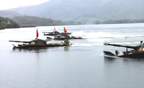 Xe tăng PT-76 của bộ đội Việt Nam trong bài huấn luyện vượt sông.