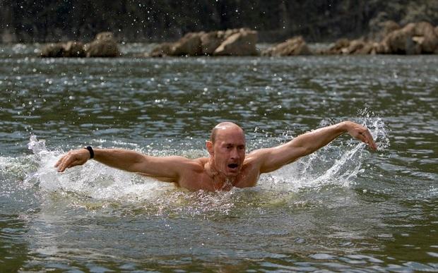 Putin bơi ở một hồ nước vùng Tuva, phía nam Siberia năm 2009
