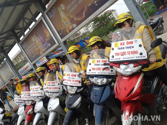 Ngoài các cổng trường học thì nữ xe ôm thân thiện còn đứng ở các bến xe buýt