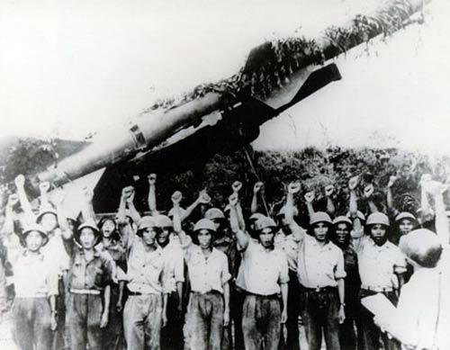 """Trong suốt cuộc kháng chiến chống Mỹ, S-75 Dvina đã bảo vệ vững chắc bầu trời miền Bắc bắn rơi hàng trăm máy bay địch, trong đó có """"pháo đài bay"""" B-52 – niềm tự hào của Không quân Mỹ."""
