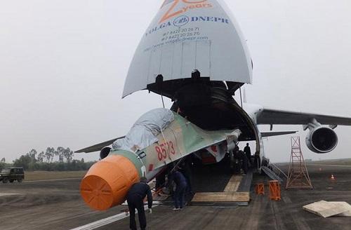 Năm 2010, Việt Nam đặt mua thêm 12 chiếc tiêm kích Su-30MK2 trị giá 1 tỷ USD. (Trong ảnh: chiếc Su-30MK2 của Việt Nam đang được chuyển từ trong khoang hàng của chiếc An-124 sau khi hạ cánh xuống sân bay)