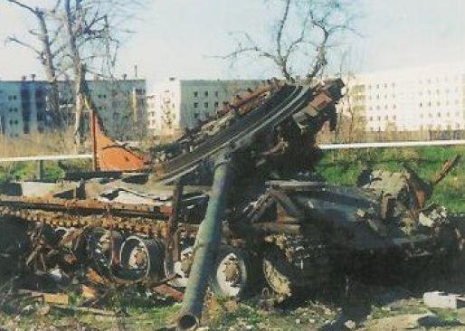 Một chiếc T-80 với tháp pháo bị thổi tung tại Grozny