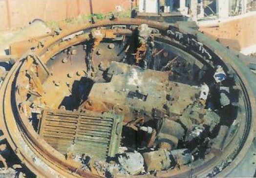 Cận cảnh một tháp pháo T-80 bị tiêu diệt tại Grozny, khối kim loại lớn bên trong là khoá nòng của pháo chính