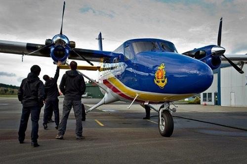 Cũng trong năm 2010, Việt Nam đã ký hợp đồng nhập 6 thủy phi cơ DCH-6 Twin Otter từ Canada phục vụ cho nhiệm vụ tuần tra hàng hải (Trong ảnh: Phi công nhóm A của Hải quân Việt Nam kiểm tra chiếc Twin Otter Guardian 400 trên đường băng).