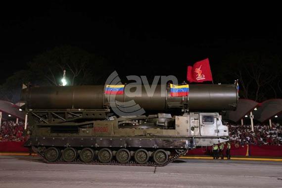 Xe chở tên lửa 9А84М với hai tên lửa 9М82М của hệ thống tên lửa phòng không S-300VM Antey-2500.