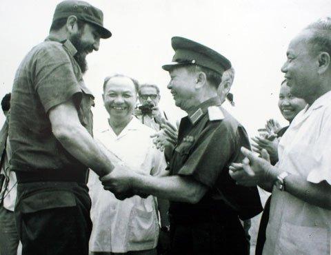 Bức ảnh lịch sử ghi lại cuộc gặp giữa Đại tướng Võ Nguyên Giáp và lãnh tụ Cuba Fidel Castro