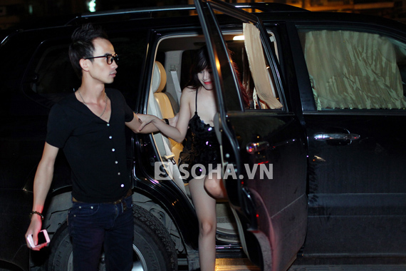 Phương Linh lộ áo ngực silicon, Bà Tưng bị bảo vệ yêu cầu rời khỏi địa điểm biểu diễn