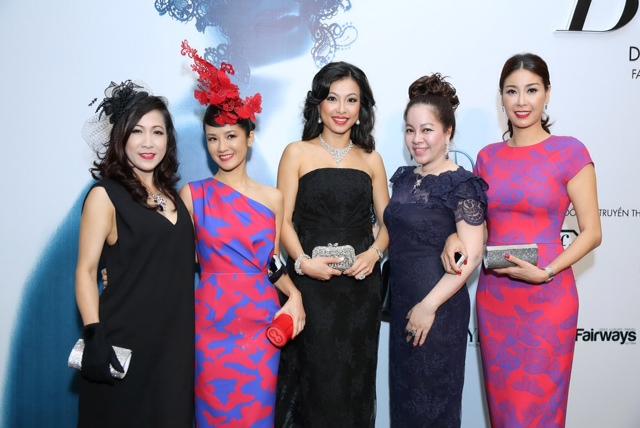 Bống Hồng Nhung phá cách và nổi bật, thiết kế của cô có màu sắc khá tương đồng với Hoa hậu Hà Kiều Anh
