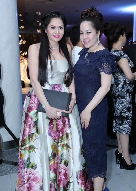 Đại gia Nguyễn Thị Liễu khá trẻ trung trong một chiếc váy hoa màu sắc nhẹ nhàng, tươi sáng