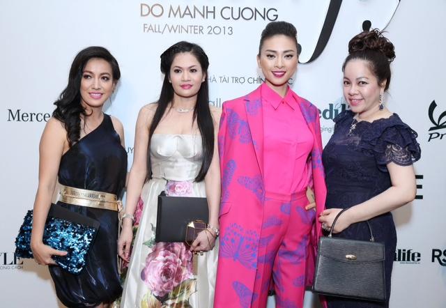 Ngô Thanh Vân đang diện một thiết kế của NTK Đỗ Mạnh Cường, nên phải cô là bà Nguyễn Thị Liễu  - Đại gia Hà Tĩnh nổi tiếng, bên phải là bà Nguyễn Thị Diễm Hằng - Giám đốc Mimi Spa