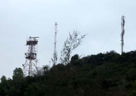 Một đài radar hải quân trên núi