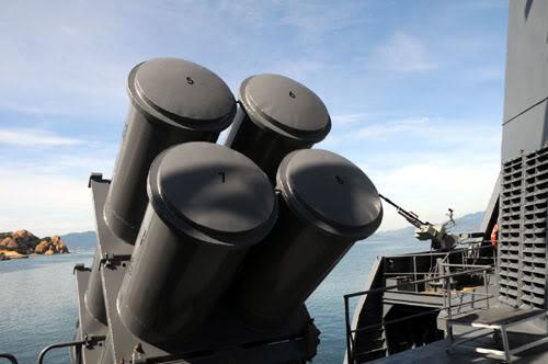 Các ống phóng chứa tên lửa trên tàu - vũ khí được coi như những thanh gươm chiến trận của hai vua