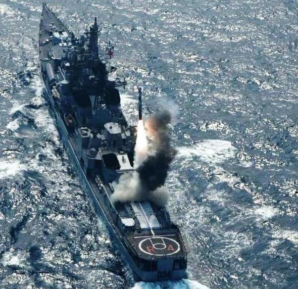Tên lửa Brahmos trên tàu khu trục INS Ranvir lớp Rajput của Ấn Độ với bệ phóng thẳng đứng