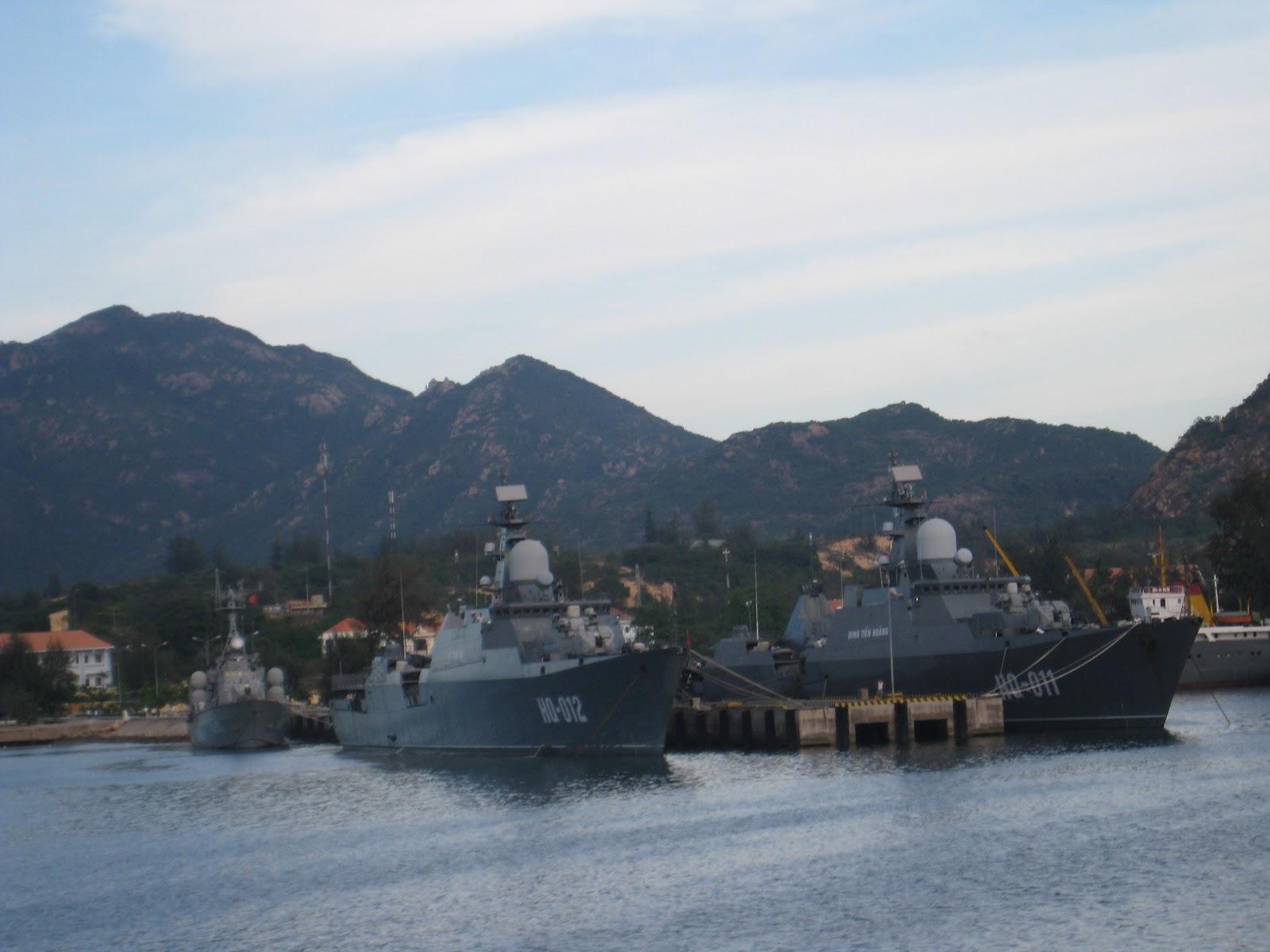 Hai tàu Đinh Tiên Hoàng và Lý Thái Tổ neo đậu tại Cam Ranh