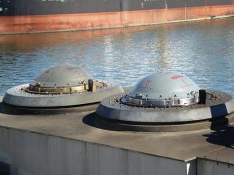 Lắp đặt các container chứa tên lửa Yakhont lên bệ phóng trên khinh hạm Oswald Siahaan