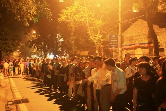 22h30 - Cánh cửa Nhà tang lễ Quốc gia vẫn chưa thể đóng lại