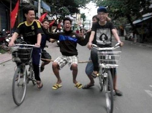 5 anh em trên hai chiếc xe đạp