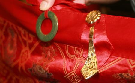 Các chi tiết trang trí bằng vàng và ngọc trên chiếc áo cà sa nổi tiếng của trụ trì Thiếu Lâm Tự