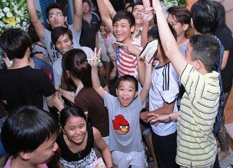 Một bức hình ghi lại cảnh trẻ con hò hét khi thấy nhiều người nổi tiếng đến viếng Wanbi Tuấn Anh.