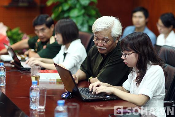 Nhà nghiên cứu lịch sử Dương Trung Quốc trả lời câu hỏi của độc giả trong buổi GLTT