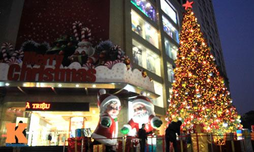 Cây thông Noel rực rỡ ở Vincom, Bà Triệu, Hà Nội.