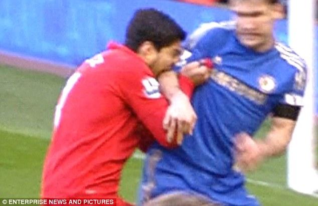 Ảnh Suarez cắnIvanovic ngập răng