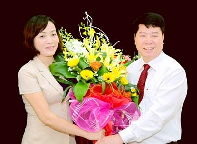 Đồng chí Bùi Văn Nam - Nguyên Bí thư Tỉnh ủy Ninh Bình tặng hoa chúc mừng đồng chí Nguyễn Thị Thanh.
