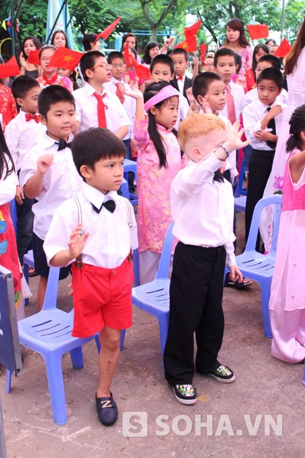 Thiện Nhân thực hiện nghi lễ chào cờ, chào đón các em lớp 1 năm nay vào trường.