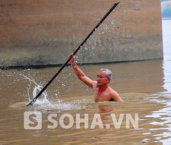 Một người dân tự nguyện lặn để giúp tìm thi thể nạn nhân.
