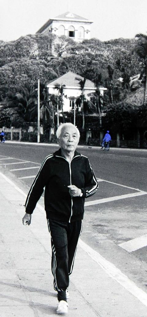 Cũng trong thời gian nghỉ dưỡng tại số 11 Phan Đình Phùng (Vũng Tàu), ngày ngày, Đại tướng đi bộ dọc con đường trên bãi biển để tập thể dục. .