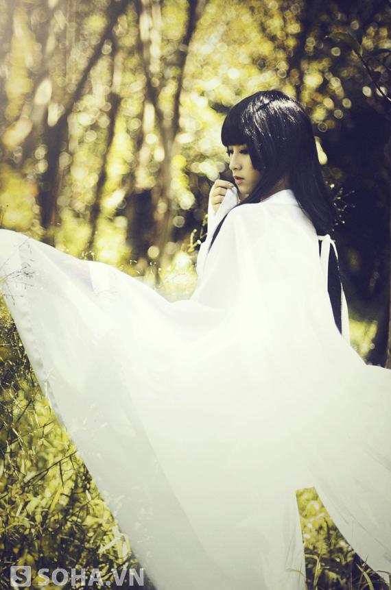 Diệu Lyi - sinh năm 1997 - với tạo hình Hồ Ly Tinh trắng trong nhưng đầy ma mị.