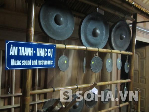 Khu trưng bày hiện vật âm thanh nhạc cụ thể hiện đời sống tinh thần phong phú.