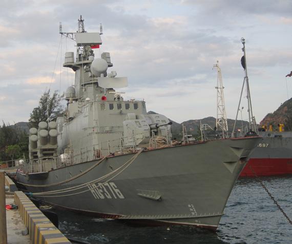 Tàu tên lửa cao tốc Molnya số hiệu HQ-376 của Việt Nam tại quân cảng Cam Ranh.
