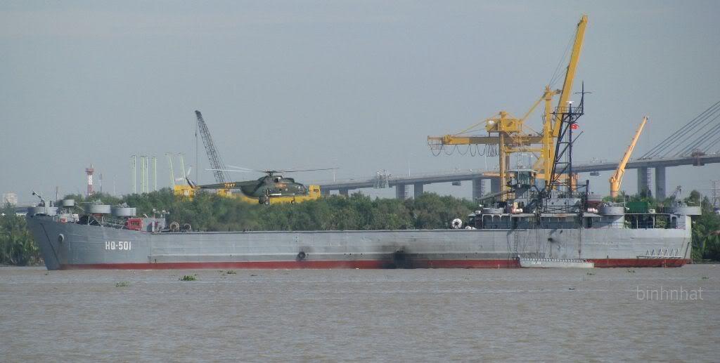 Tàu đổ bộ HQ-501 và trực thăng của Hải quân đánh bộ Việt Nam