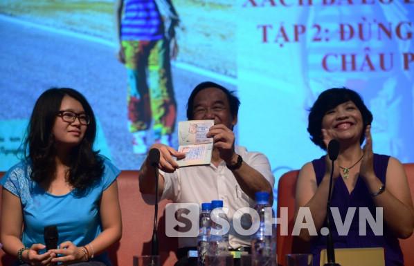GS Nguyễn Lân Dũng cho mọi người xem hộ chiếu của Huyền Chip để giải đáp việc cô bé đã xin visa như thế nào.