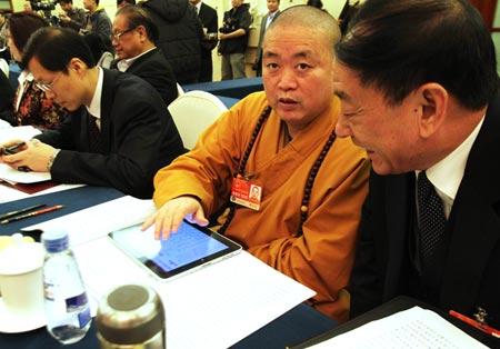 Hình ảnh trụ trì Thích Vĩnh Tín dùng iPad trong một cuộc họp Hội đồng nhân dân Trung Quốc gây nhiều tranh cãi trong cư dân mạng nước này