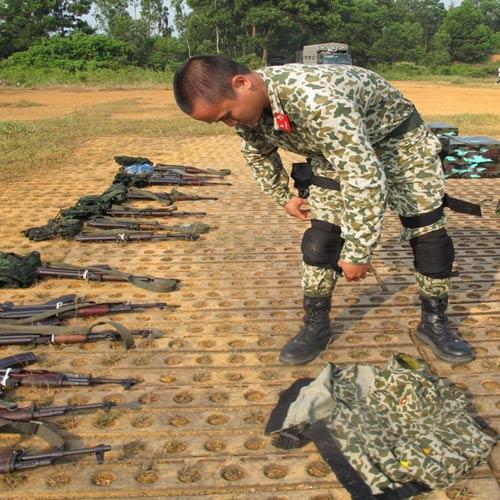 Chiến đấu viên Phạm Quang Huy (Đoàn 1 đặc công biệt động)mang đeo trang bị trước khi làm nhiệm vụ.